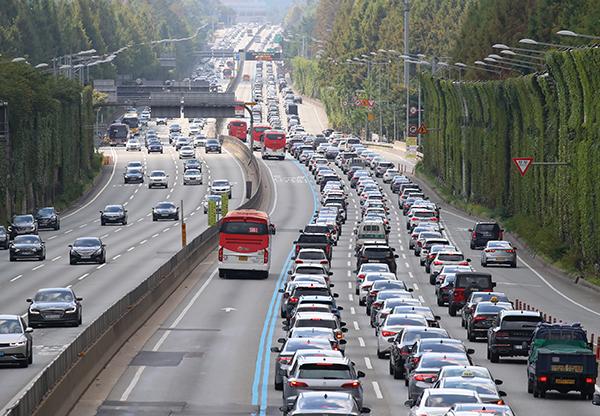 추석 연휴 마지막 날인 22일 오전 서울 서초구 잠원IC 인근 경부고속도로 하행선 위로 차들이 길게 늘어서 있다.(사진=저작권자(c) 연합뉴스, 무단 전재-재배포 금지)