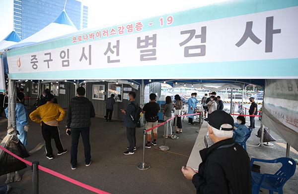 24일 오전 서울역 광장에 마련된 중구임시선별검사소에서 시민들이 검사를 받기 위해 기다리고 있다. (사진=저작권자(c) 연합뉴스, 무단 전재-재배포 금지)