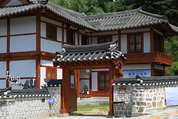 서울시 은평구 북한산 자락에 자리한 '셋이서 문학관'. 80년대 기인 삼총사로 이름을 떨친 천상병, 중광스님, 이외수의 작품과 유물 등이 전시되어 있다.