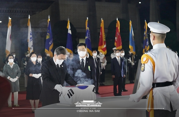 서울공항 도착 후, '국군 전사자 유해 봉환식' 을 주관한 문 대통령.(출처=청와대)