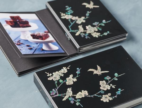 2020년 우수문화상품으로 지정된 바 있는 신도아트의 나전칠기 사진첩