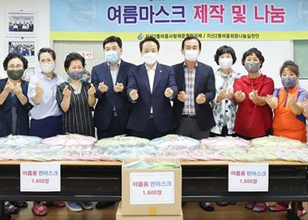 안병락 씨(오른쪽 네 번째)가 여름마스크 제작 및 나눔행사에 참여해 취약계층 등에 면마크스를 기증했다. (사진=행정안전부)