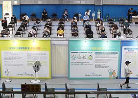 27일 오전 서울 마포구 코로나19 예방접종센터에서 시민들이 백신 접종을 받고 있다. (사진=저작권자(c) 연합뉴스, 무단 전재-재배포 금지)