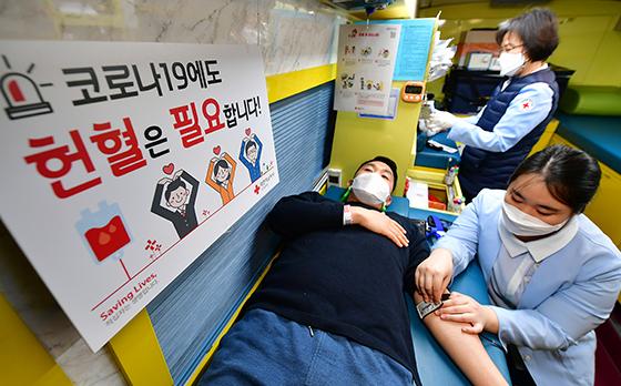 '코로나19' 영향으로 혈액 수급에 어려움이 계속되고 있는 상황 속에서 헌혈하고 모습.