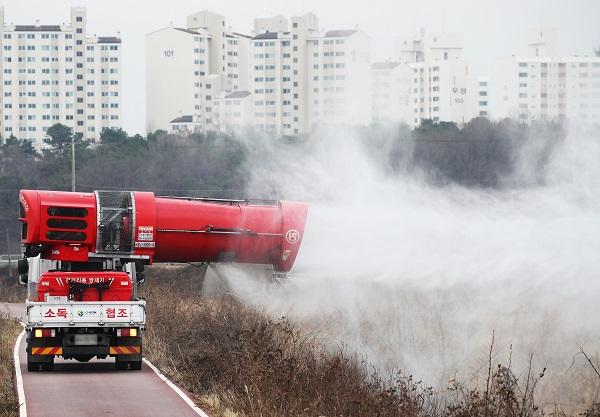 고병원성 조류인플루엔자 항원이 검출된 하천 인근을 방역차가 방역하고 있다.(사진=저작권자(c) 연합뉴스, 무단 전재-재배포 금지)