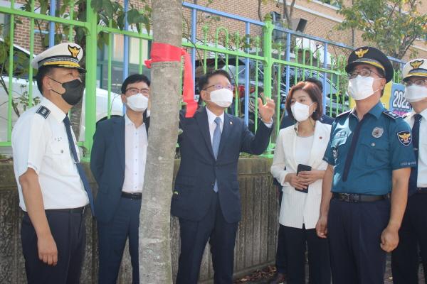 무악 중학교 앞에서 의견을 나누는 관계자들.