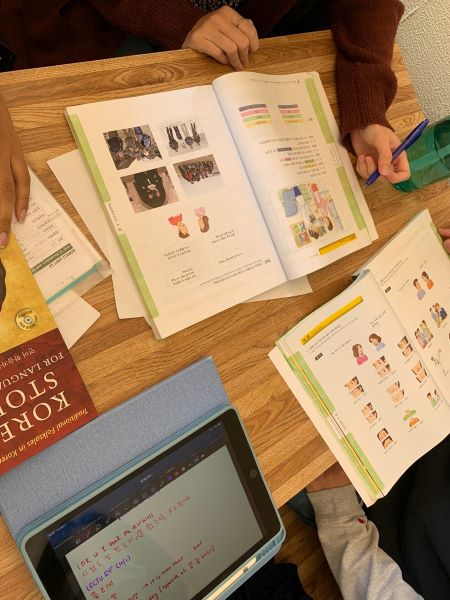 한글을 배우고자 하는 미국 대학교 학생들이 주기적으로 모여 한국어 수업을 한다. 사진은 한국어 수업을 진행하는 모습