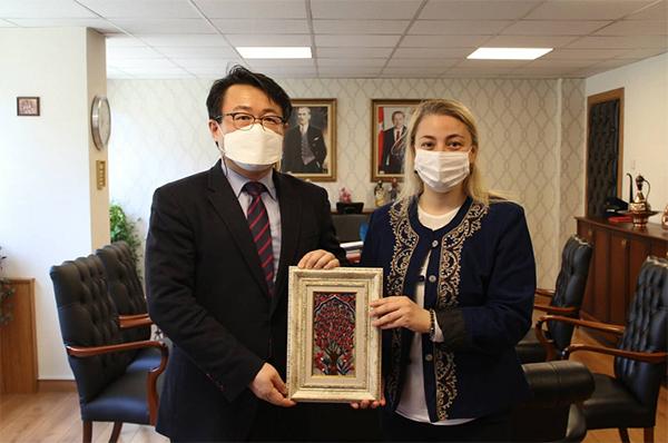 박기홍 문화원장과 에르소이 터키 교육부 유럽연합 및 국제관계국 국장.