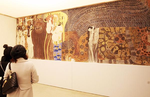 지난 2009년 예술의전당 한가람미술관에서 열렸던 구스타프 클림트(Gustav Klimt)전을 찾은 관람객들이 '베토벤 프리즈'를 감상하고 있다. (사진=저작권자(c) 연합뉴스, 무단 전재-재배포 금지)