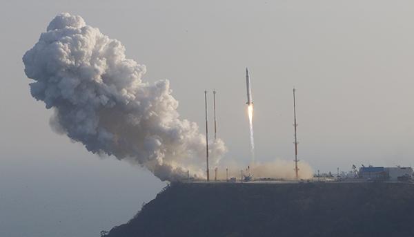 한국 첫 우주발사체 '나로호(KSLV-1)'가 30일 오후 전남 고흥군 외나로도 나로우주센터에서 우주로 향해 발사되고 있다. (사진=저작권자(c) 연합뉴스, 무단 전재-재배포 금지)