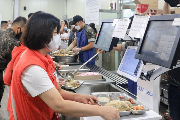 국방부 급식·피복 모니터링단 어머니가 군부대에서 식사를 받아 급식 자동측정 시스템에서 식판을 올려 스캔해 보고 있다.(출처=국방부 블로그)