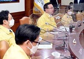 김부겸 국무총리가 15일 서울 세종로 정부서울청사에서 열린 코로나19 중대본 회의를 주재하고 있다.(사진=국무조정실)