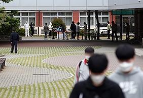 - 광주 광산구 한 고등학교 교정에 코로나19 임시 선별진료소가 마련돼 재학생이 검사에 참여하고 있다. (사진=저작권자(c) 연합뉴스, 무단 전재-재배포 금지)