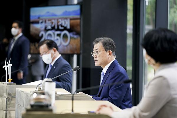 문재인 대통령이 18일 서울 용산구 노들섬 다목적홀에서 열린 2050 탄소중립위원회 제2차 전체회의에서 발언하고 있다. (사진=청와대)