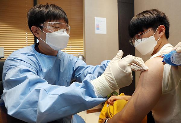 충북 청주시 흥덕구 가경동 소재 이비인후과에서 한 학생이 백신 접종을 하고 있다. (사진=저작권자(c) 연합뉴스, 무단 전재-재배포 금지)