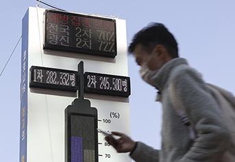 국내 코로나19 백신 접종 완료율이 70%를 넘어선 가운데 지난 24일 오후 서울 시내에 설치된 백신 온도탑에 1차와 2차 접종 완료율이 표시돼 있다. (사진=저작권자(c) 연합뉴스, 무단 전재-재배포 금지)