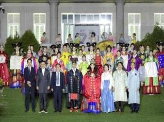 지난해 동아시아문화도시 행사 중 순천만국가정원에서 열린 한중일 전통의상 패션쇼 모습. (사진=문화체육관광부)