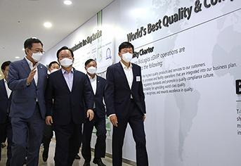 김부겸 국무총리(왼쪽 두 번째)가 지난 9월 3일 오후 코로나19 백신 위탁생산 현장인 인천시 송도 삼성바이오로직스를 방문해 존림 대표이사(오른쪽) 등과 함께 홍보관을 둘러보고 있다.