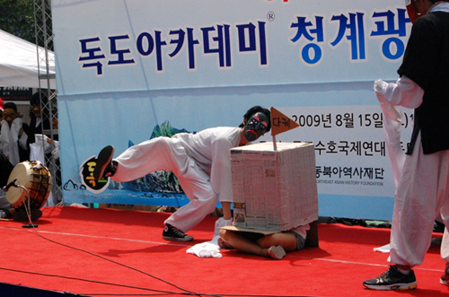 퍼포먼스에 참여한 한 학생이 '독도' 우물에 '다케' 푯말을 꽂으며 연극을 진행한다.