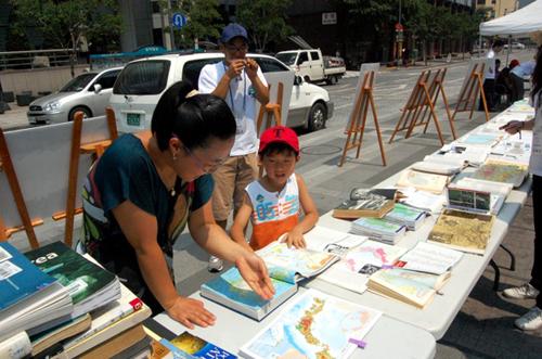 청계광장에서 열린 '도서관 습격사건 도서 전시회'의 모습.