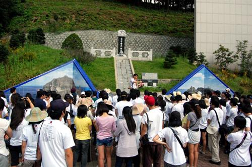 독도박물관 앞에서 박물관 안내를 듣고 있는 독도아카데미 학생들