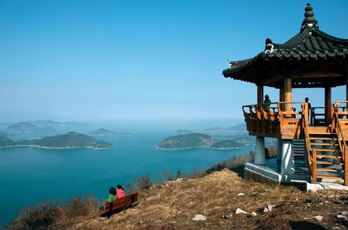 대부산 능선의 팔각전망대에서 다도해의 아름다운 풍경을 감상하는 등산객들.