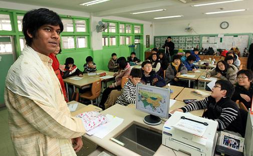 서울 구로구 동구로초등학교에서 수업을 진행중인 아메드 마붑 씨.