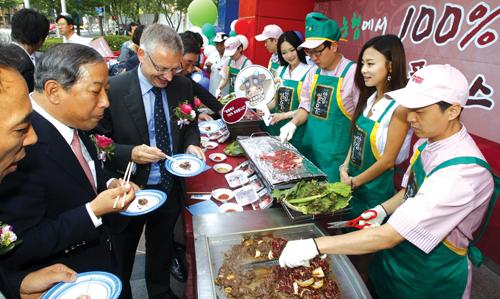 농협중앙회가 개편되면 우리 농축산물에 대한 수익 제고 역할이 더욱 강화된다. 사진은 농협중앙회가 홈플러스와 함께 서울 영등포에서 개최한 한우 시식회.