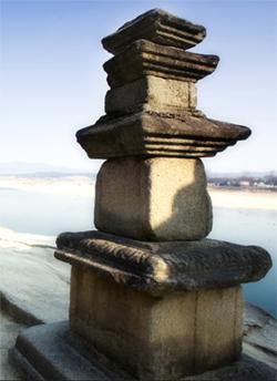 신륵사 3층 석탑.