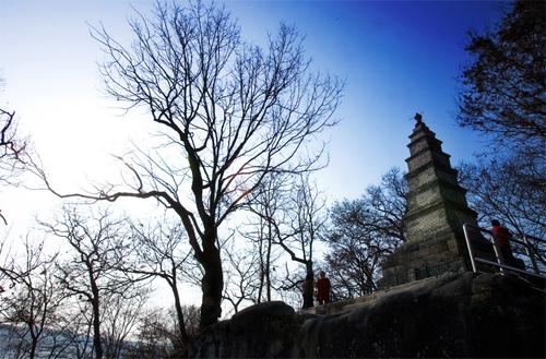 남한강을 묵묵히 내려다보고 있는 신륵사 다층전탑.