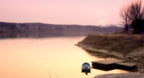 해질녘 여강. 호수처럼 잔잔하다.