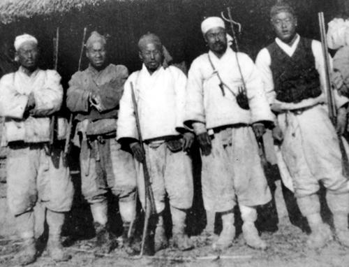 일본 기마부대와 맞서 충북과 전북에서 활동한 이규홍 의병장과 산포수들(1907년).