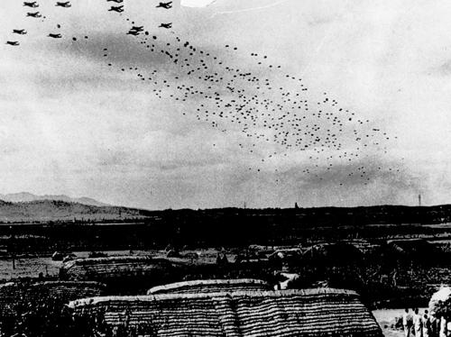 6?25전쟁 당시 연합군 공군기 B29에서 뛰어내리고 있는 낙하산 특공대원들.