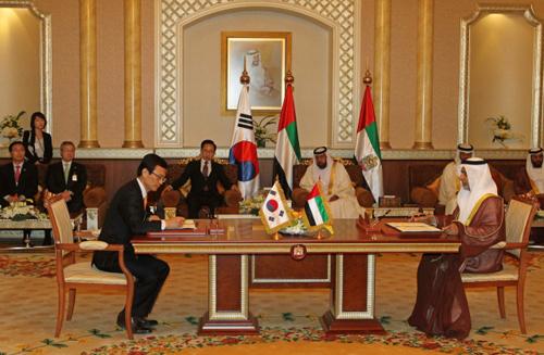 이명박 대통령과 칼리파 대통령이 배석한 가운데 13일 오후 알-무슈리프궁에서 열린 석유가스분야 협력개발 MOU(양해각서)서명식에서 강영원 한국석유공사 사장(왼쪽)과 유세프 아부다비 석유공사 사장이 협정서에 서명하고 있다.