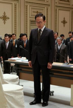 이명박 대통령이 25일 오전 청와대에서 열린 확대비서관회의에 앞서 천안함 희생자들을 기리며 묵념하고 있다.(사진=청와대)