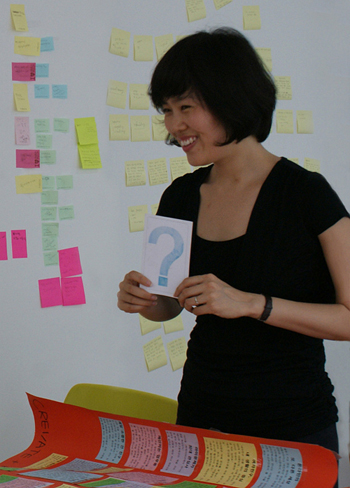 아이디어 컨설턴트 박성연 대표가 고객들에게 상상력 훈련을 시키고 있다