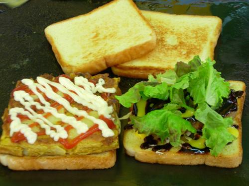 이씨의 노하우로 만든 카레 토스트와 햄버거 토스트는 가장 인기있는 메뉴다.