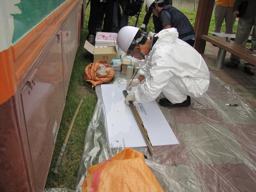 한미공동조사단 관계자들이 채취된 토양을 촘촘히 분리해 시료에 담고 있다.