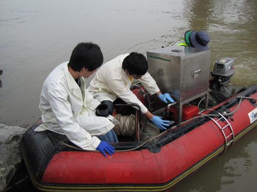 대구지방환경청 연구원들이 채취된 낙동강 하천수를 시료에 담고 있다.