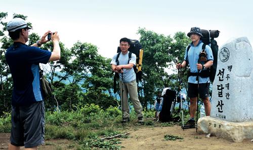 강원 영월군과 경북 봉화군·영주시 경계에 있는 선달산(1,236 m) 정상. 이렇게 인접한 두 시군은 기초생활권 발전계획도 함께 기획하고 시행한다.