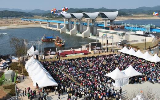 6일 금강 백제보 개방행사가 지역주민 등 1500여명이 참여한 가운데 성황리에 열렸다.