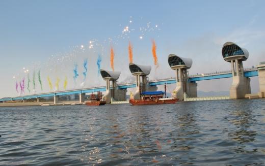 백제보 개방을 축하하는 축포가 보 위로 쏘아올려지고 있다.