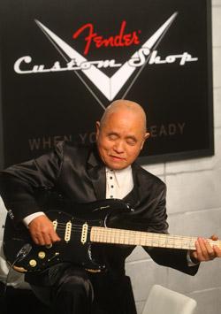 지난 2009년 서울 신사동의 한 카페에서 열린 '신중현 펜더 헌정 기타 증정식'에서 신중현 씨가 헌정받은 기타로 연주를 하고 있다. (사진=저작권자 (c) 연합뉴스. 무단전재-재배포금지)