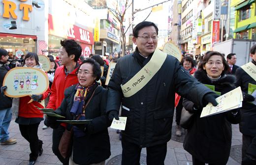 지난 22일 오후 서울 명동 거리에서 홍석우 지식경제부 장관 등이 에너지절약 캠페인을 벌이고 있다. (사진=저작권자 (c) 연합뉴스. 무단전재-재배포금지)