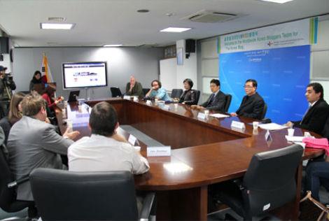 국적과 직업이 모두 다른 외국인 기자들이 서로의 생각을 공유하고 있다.