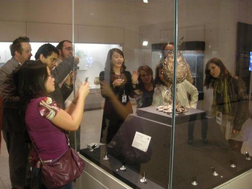 글로벌 기자단들이 국립중앙박물관에서 설명을 듣고 있다.