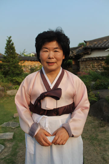 집안의 전통이던 솔송주 제조로 경남 무형문화재가 된 집주인 박흥선 씨는 대를 이어 한옥에 거주하고 있다.