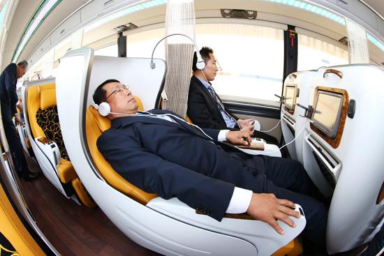 현대자동차의 프리미엄 고속버스 '유니버스 프레스티지'에서 비행기 일등석과 같은 구조의 좌석을 시연하고 있는 모습. (사진=저작권자(c) 연합뉴스, 무단 전재-재배포 금지)