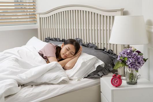 잠을 자고 있는 여자.