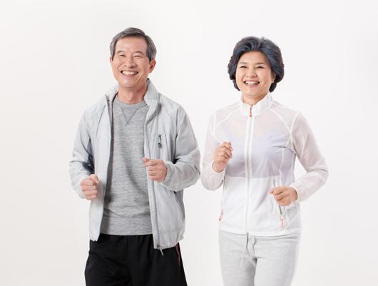 운동하는 노인들.